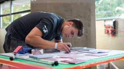 Nico Moser beim Abmessen der Platten an denSwissSkills Berufsmeisterschaften. (Bild: Dominik Wunderli, (Dagmersellen, 09.09.2020))