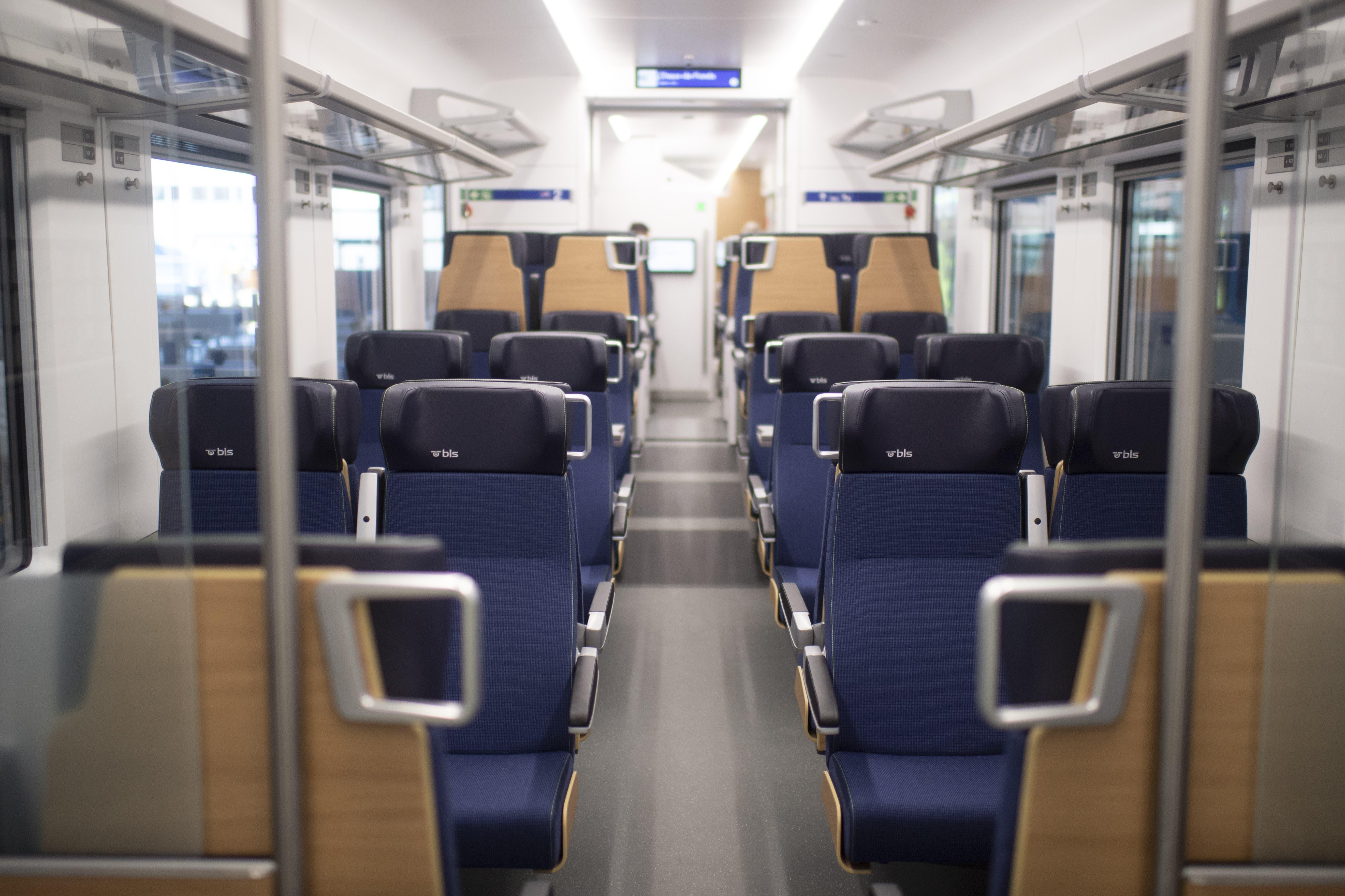 Blick in die 2. Klasse des Flirt. Ein Triebzug bietet 196 Sitzplätze in der 2. Klasse und 46 in der 1. Klasse. Hinzu kommen 200 Stehplätze.