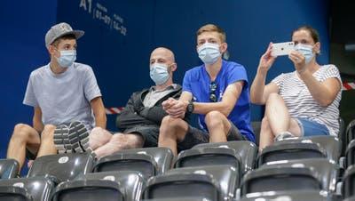 In der neuen Eishockeysaison gilt in allen Stadion Maskenplicht. (Bild: Marc Schumacher / Freshfocus (Zug, 16. August 2020))