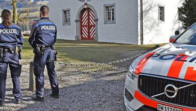 Zwei Polizisten im Einsatz. (Bild: Kantonspolizei Obwalden)