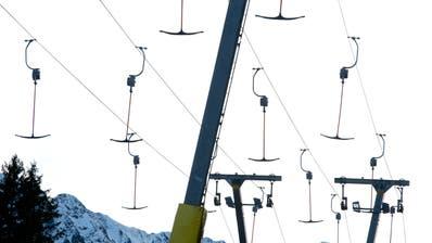 Die Lifte im Skigebiet Sörenberg, hier der Doppelskilift bei der Rossweid, stehen still. (Bild: Dominik Wunderli (Sörenberg, 22. Dezember 2012))