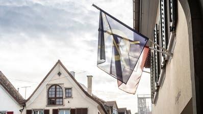 Das Wappen der Stadt Steckborn sowie die Schweizer Flagge. (Bild: Andrea Stalder)
