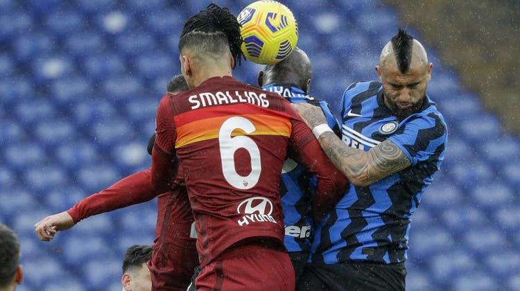 Arturo Vidal (rechts) und Inter spielen gegen die AS Roma nur Unentschieden. (AP)