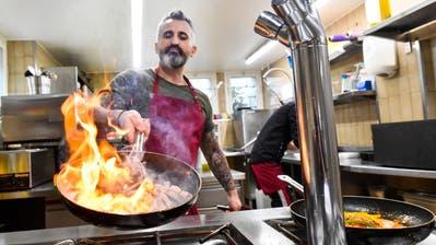 Haydar Aycicek vom Restaurant Gartenlaube La Pergola macht Pizzen zur Auslieferung bereit. (Bild: Donato Caspari)