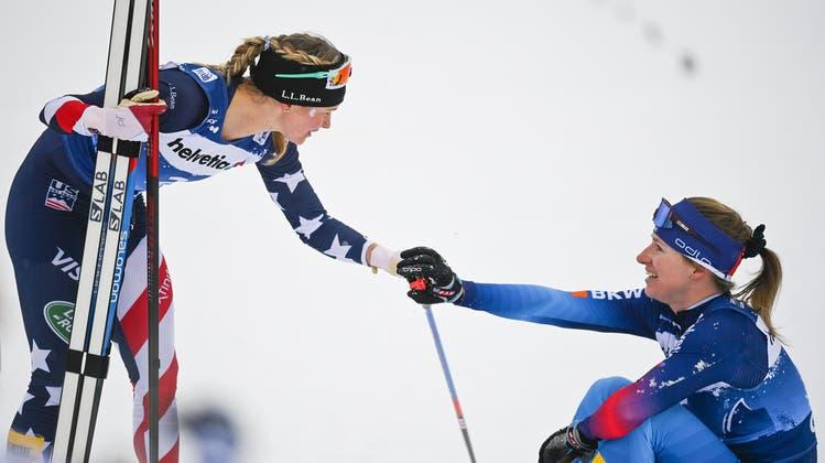 Die Tour-Siegerin und die Schweizerin auf einem Bild: Jessie Diggins triumphiert, Nadine Fähndrich muss sich mit Gesamtrang 11 begnügen. (Bild: Keystone)
