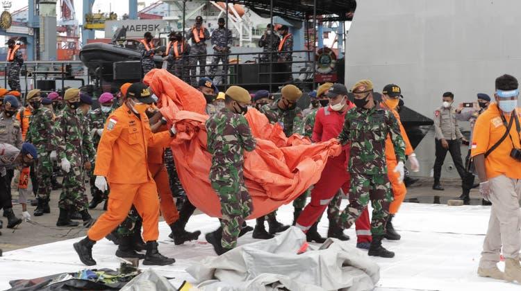 Indonesien: Leichenteile und Trümmer bei Suche nach vermisstem Flugzeug entdeckt