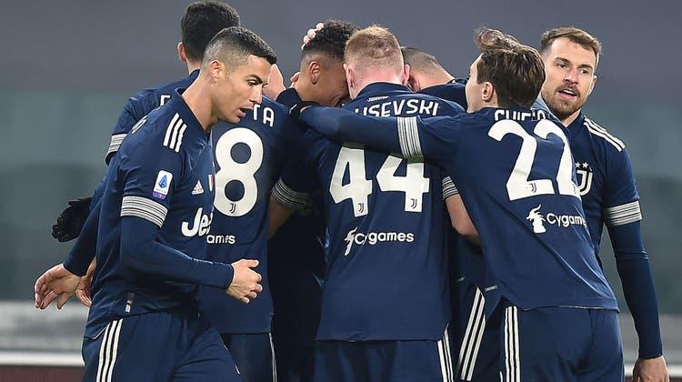 Die Turiner um Cristiano Ronaldo (vorne) herzen Rechtsverteidiger Danilo, den Torschützen zum 1:0. (Keystone)