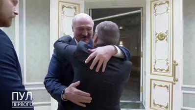 René Fasel begrüsst Alexander Lukaschenko mit einer Umarmung. (zVg)