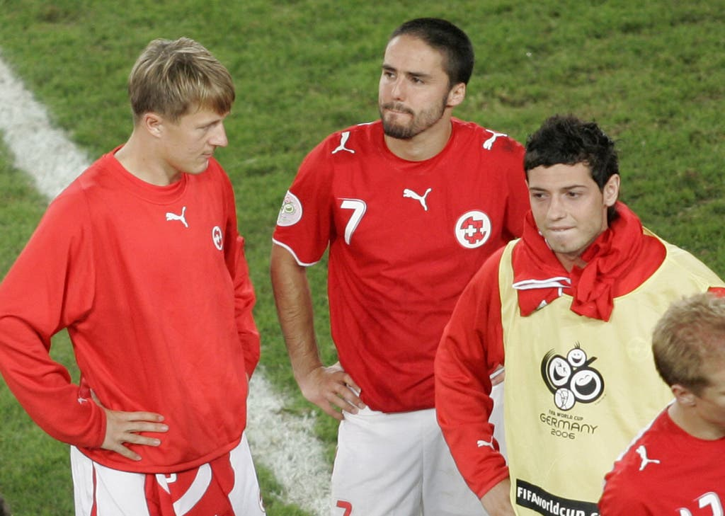 Blerim Dzemaili ist an der WM 2006 mit dabei, hier neben Ricardo Cabanas (Mitte) und Christoph Spycher (links).