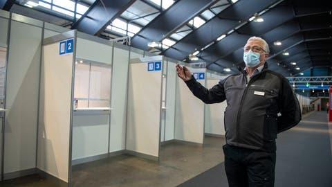 Vinzenz Graf, Chef des KantonalenFührungsstab, zeigt die Impfkabinen auf der Allmend. (Bild: Dominik Wunderli (Luzern, 23. Dezember 2020))