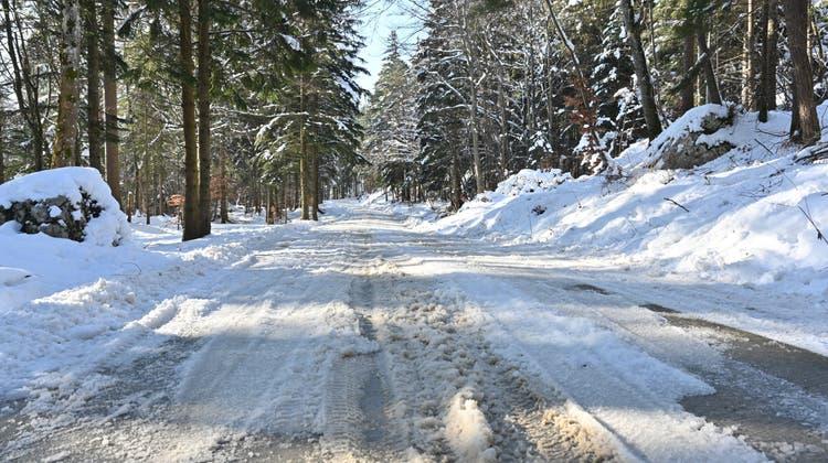 Wegen Umbau des Bergrestaurants: Schneeräumung mit Salz sorgt auf der Roggenstrasse für Verkehrschaos