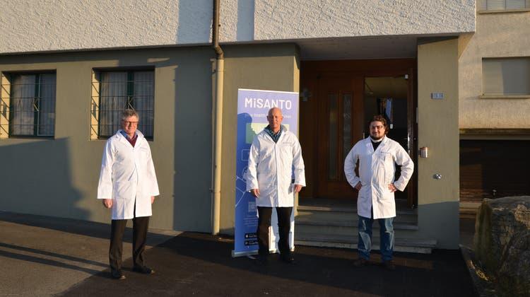 Jürg Rothenberger, Thomas Krech und Helmut Coulin von der Firma Misanto (von links) vor dem Eingang der Truppenunterkunft Freiteil, wo ab dem 14. Januar geimpft wird. (Bild: Martin Uebelhart (Sarnen, 11. Januar 2021))