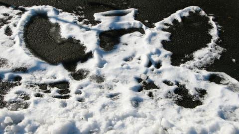 Ein Schnee-Engel auf der Strasse. (Bild: Rinaldo Tibolla)
