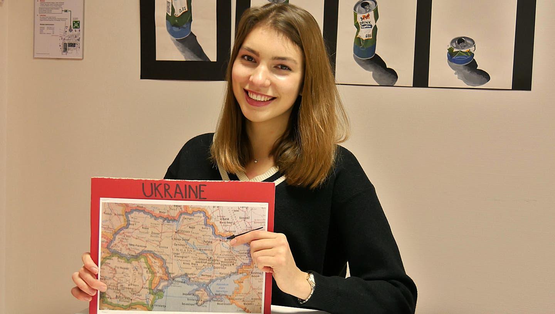 Die 19-jährige Ukrainerin Oksana Feshchenko untersucht in ihrer Maturaarbeit Werteunterschiede von Studierenden in der Schweiz und der Ukraine. (Bild: Primus Camenzind (Sarnen, 21. Dezember 2020))