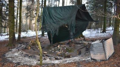 Das Waldsofaim Haselwartwaldwurde vom Feuer komplett zerstört. (Bild: Luzerner Polizei)