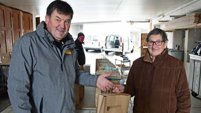 Bürgerpräsident Adrian Heer überreicht seiner 84-jährigen Mutter Vreni das Take-away-Hiläri-Mahl 2021. (Bild: Werner Lenzin (Märstetten, 13. Januar 2021))