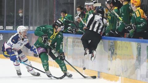 Thurgaus Verteidiger FlorianSchmuckliwird an der Bande von Torschütze Dario Meyer bedrängt, der das siegbringende 2:1 für Kloten erzielte. (Mario Gaccioli)