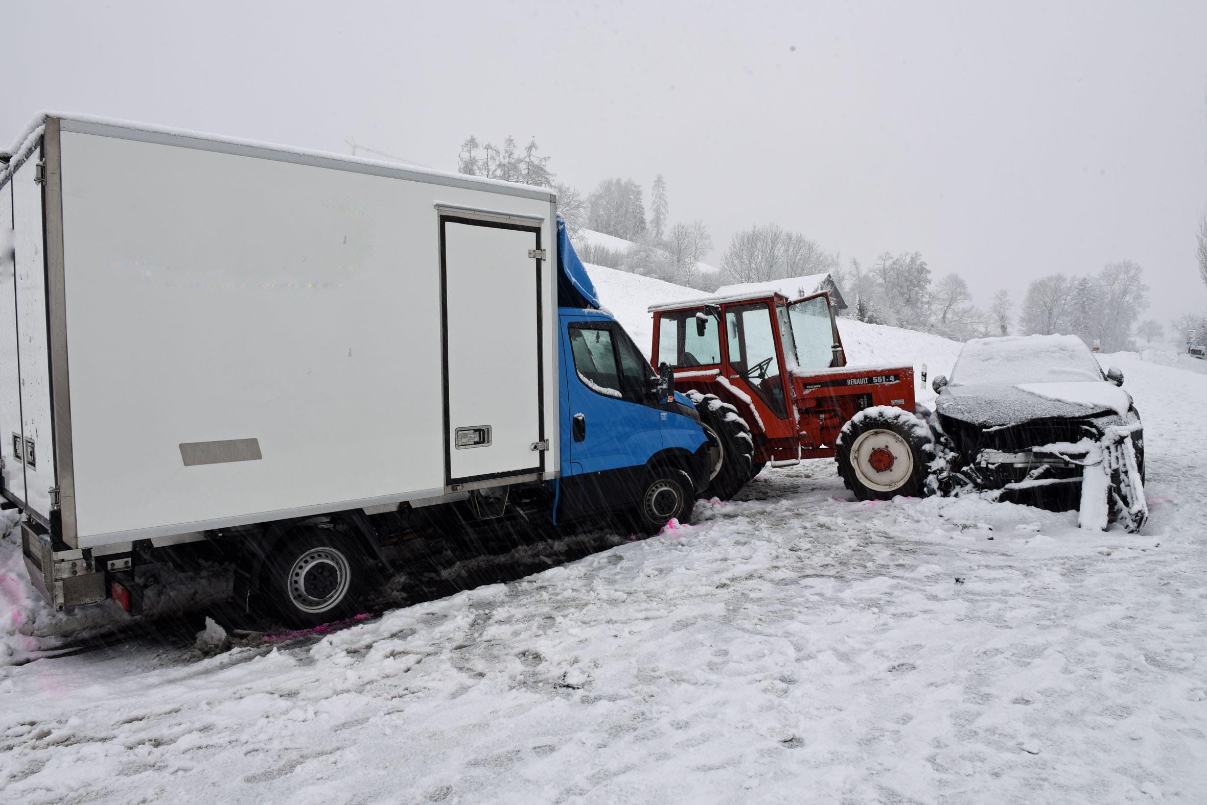 Dierikon: Bei diesem Unfall auf der Götzentalstrasse wurden zwei Personen leicht verletzt. Involviert waren ein Auto, ein Lieferwagen sowie ein Traktor.