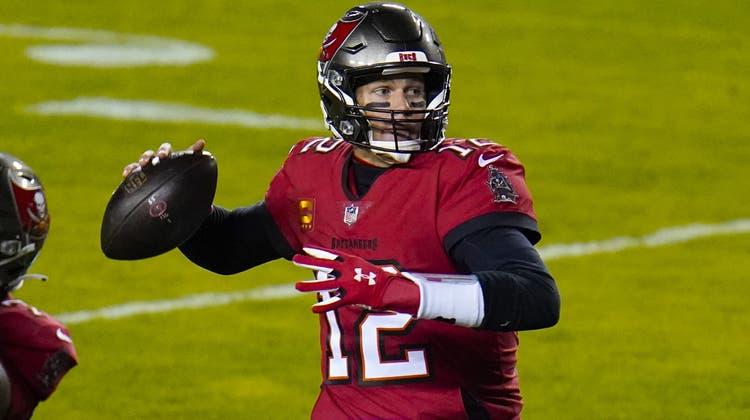 """Führte die Tampa Bay Buccaneers gleich in seinem ersten Jahr als Quarterback und trotz fast schon """"biblischem"""" Alter als Sportler in die Playoffs: Tom Brady, 43. (Julio Cortez / AP)"""