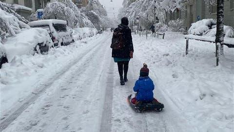 Schnee, so schön viel Schnee - unsere Redaktorinnen und Redaktoren haben aus dem Fenster geblickt