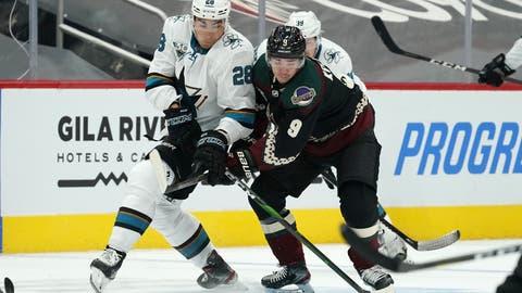 Schenken sich beim ersten NHL-Saisonstart nichts:Timo Meier (in Weiss) kämpft gegen Clayton Keller um den Puck. (Bild: Ross D. Franklin / AP (Glendale, 14. Januar 2021))