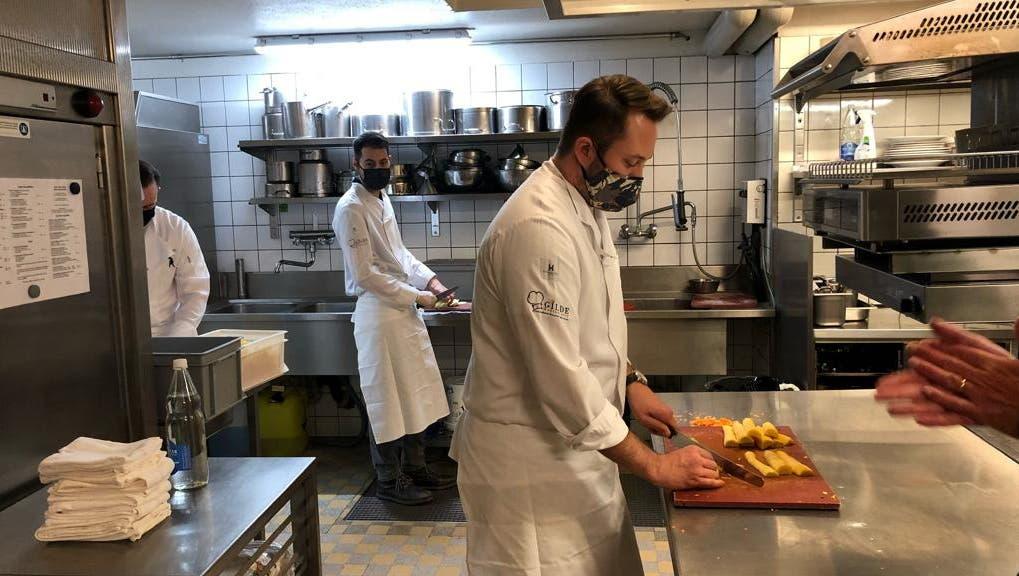Die Vorbereitungen im Stadtluzerner Restaurant Lapin. (Bild: Zunft zu Safran)