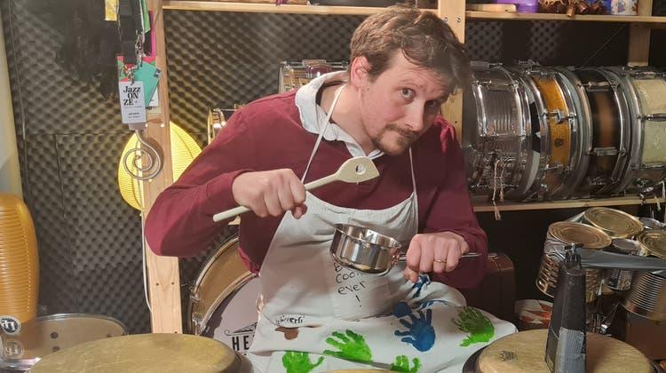 «Die Idee kam mir beim Kochen»: Jan Geiger als trommelnder Saucenkoch in seinem Proberaum. (Bild: PD)