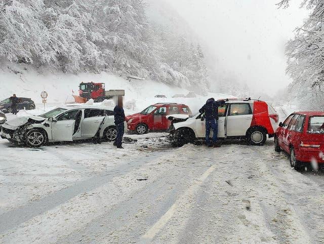 Muotathal: Bei einem Unfall im Schlattli zwischen zwei Autos wurden zwei Personen leicht verletzt.
