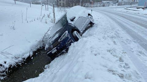 Dieses Auto rutschte in ein Bachbett. (Bild: Zuger Polizei)