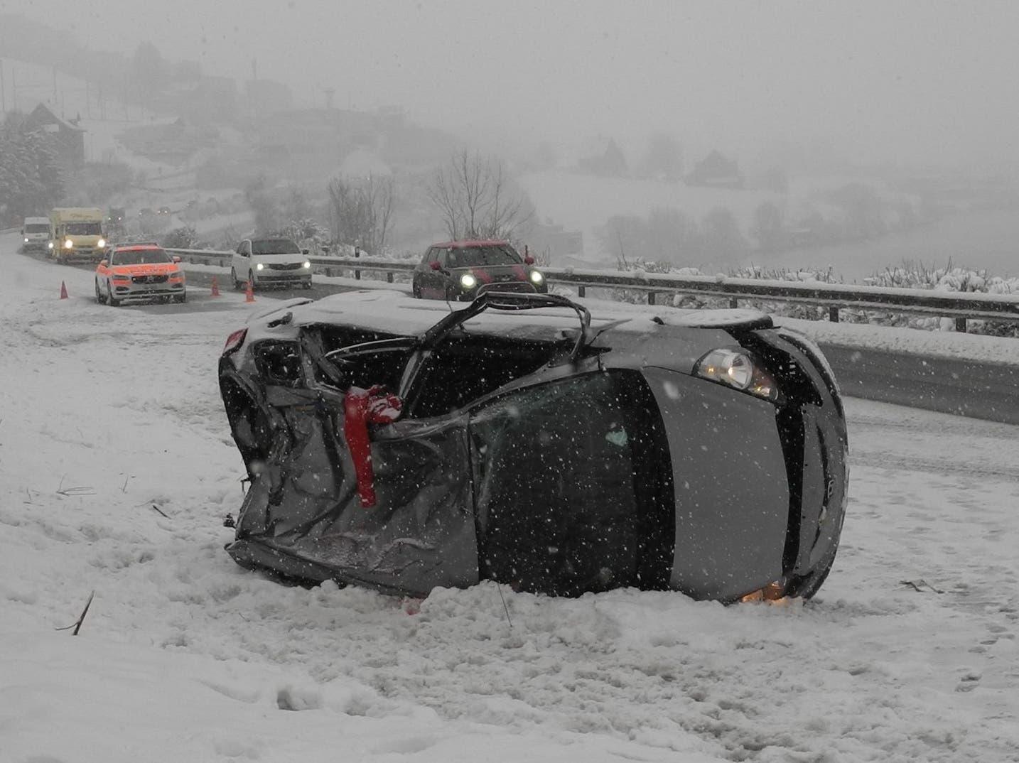 Immensee: Auf der Autobahn A4 kam es zu einem Selbstunfall. Der 24-jährige Mann musste leicht verletzt ins Spital gebracht werden.