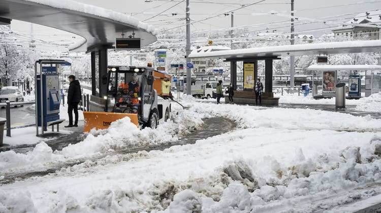 Schnee so weit das Auge reicht. Der öffentliche Verkehr in Zürich ist stark beeinträchtigt. (Keystone)
