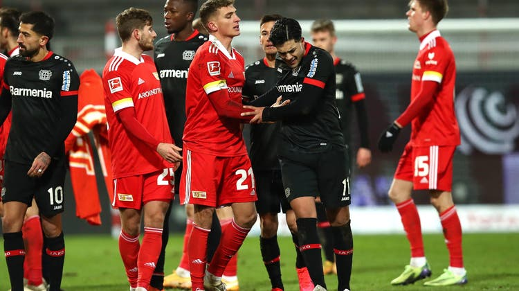 Leverkusens Nadiem Amiri (schwarzes Trikot vorne rechts) muss von Unions Grischa Prömel beruhigt werden. (Keystone)