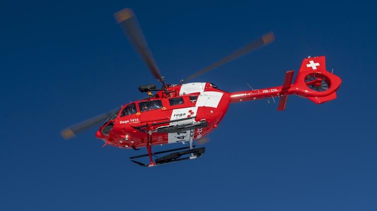 Die Rega hat den schwerverletzten Skifahrer ins Spital gebracht, wo er verstarb. (Symbolbild) (Keystone)