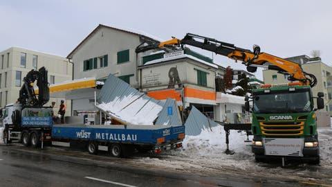 Der südlich Teil des Vordachs ist am Sonntag unter der Schneelast eingestürzt. (Bild: Hans Suter)