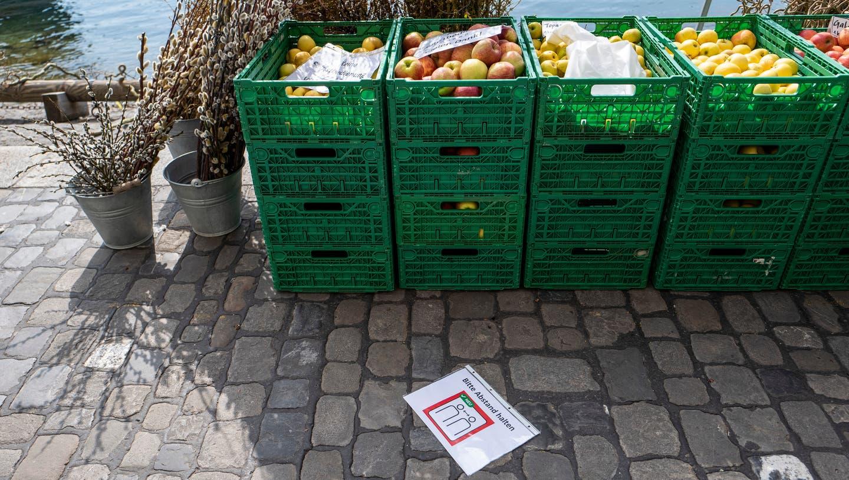 Hier ist die Sachlage klar: Früchte sind Güter des täglichen Gebrauchs. Deshalb darf der Luzerner Wochenmarkt an der Reuss in Luzern trotz Ladenschliessungen weiter stattfinden. (Bild: Patrick Hürlimann (Luzern, 17. März 2020))