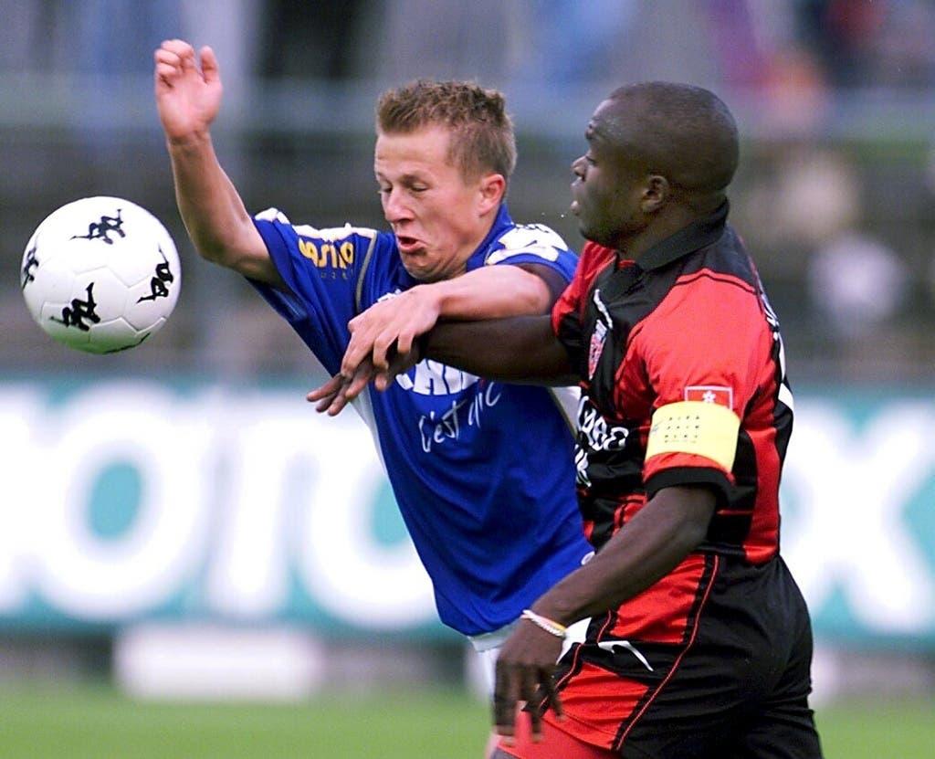 Die Profikarriere startet Christoph Spycher (links) beim FC Luzern. Hier kämpft er mit Neuenburgs Augustine Simo von Neuenburg Xamax.