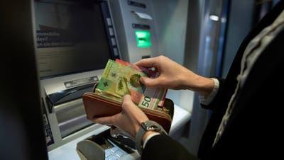 Mit falschen Anlegerportalen sollen an die 100 Personen um ihre Ersparnisse gebracht worden sein. (Symbolbild: Corinne Glanzmann)