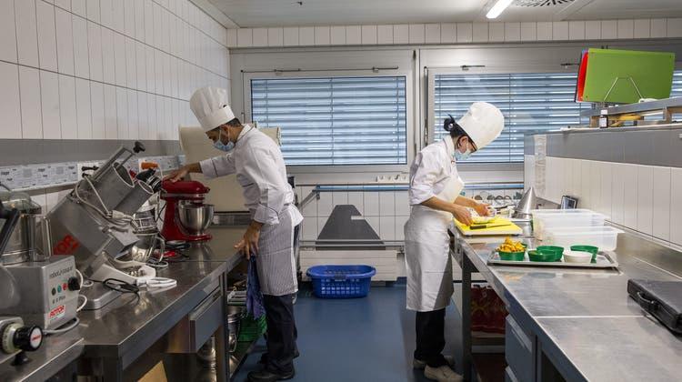 Koch-Lernenden amCentre Professionnel du Littoral in Neuenburg. (Keystone)