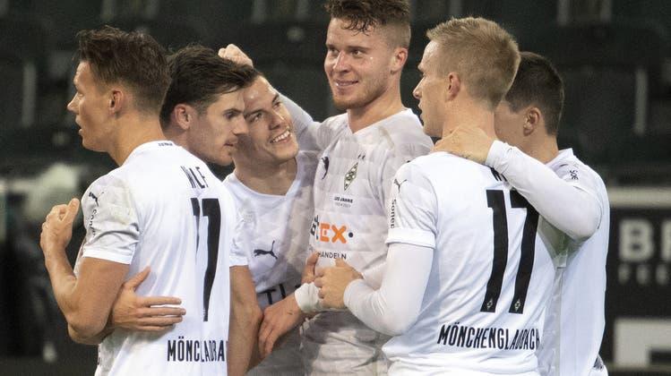 Nico Elvedi (Mitte) führt Mönchengladbach mit seinem Kopfballtreffer in der zweiten Halbzeit zum Sieg gegen Bremen. (Keystone)