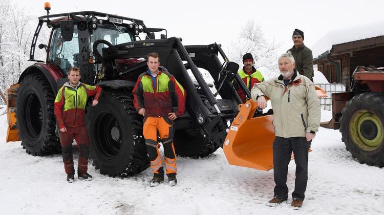 Das Forstteamder Bürgergemeinde Bischofszell mit Waldpräsident Ernst Engler (rechts) beim neuenTraktor. (Bild: Yvonne Aldrovandi-Schläpfer (Bischofszell, 15. Januar 2021))