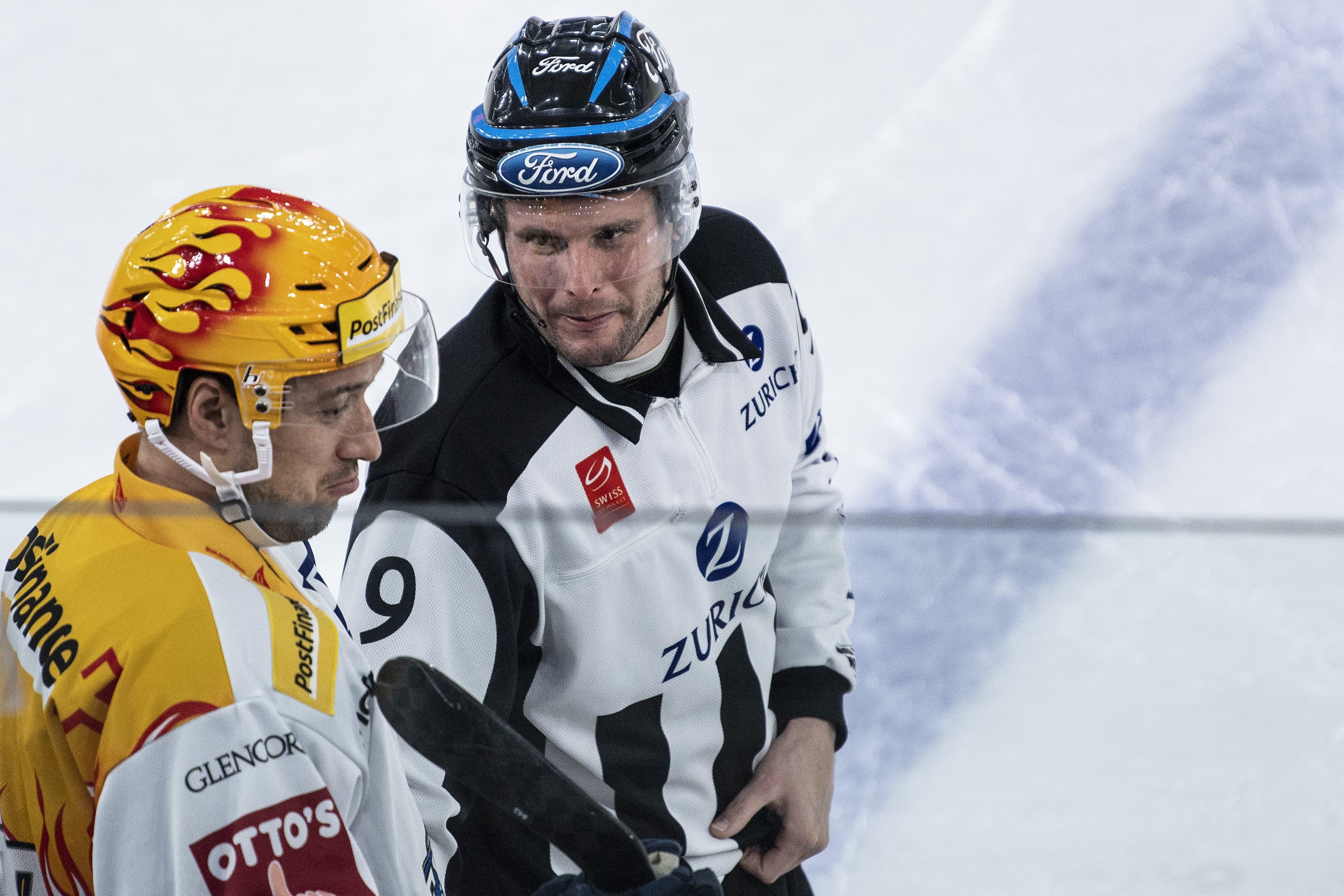 Zugs Topscorer Jan Kovar spricht mit Linseman Nathy Burgy.