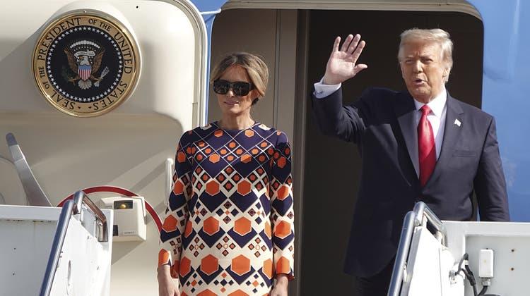 Der scheidende Präsident Donald Trump neben Ehefrau Melania winkt zum Abschied - erklärt jedoch, dass er direkt wiederkommen will. (Joe Cavaretta / AP)