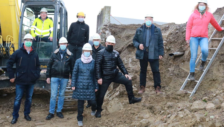 Planer und Gäste verfolgen den Spatenstich, den Bauherr Walter Arnold im Bagger vornimmt. (Bild: Christof Lampart (Schönenberg, 13. Januar 2021))