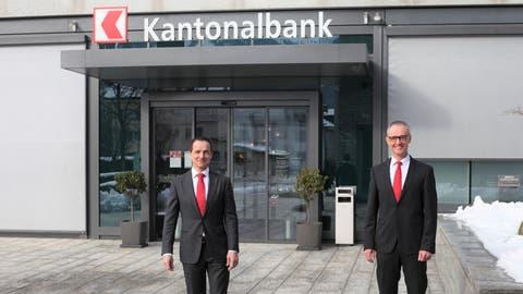Bankdirektor Heinrich Leuthard (links) und Bankratspräsident Daniel Bieri vor dem Hauptsitzgebäude der NKB. (Bild: Florian Arnold (Stans, 21. Januar 2021))