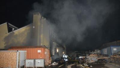 Brand bricht im Heizungsraum eines Industriegebäudes aus