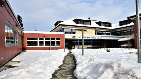 Blick in den Innenhof des verschneiten Balterswiler SchularealsLützelmurg. (Bild: Roman Scherrer)