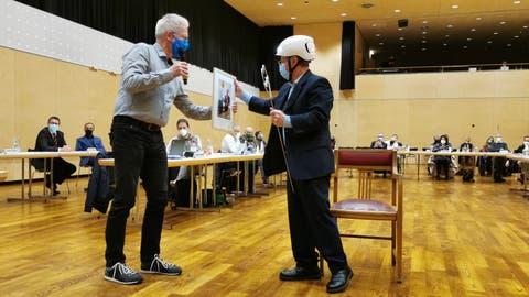 SP-Fraktionssprecher Ruedi Herzog überreicht Dino Lioiein Bild aus dessen Präsidialjahr. (Bild: Martina Eggenberger)