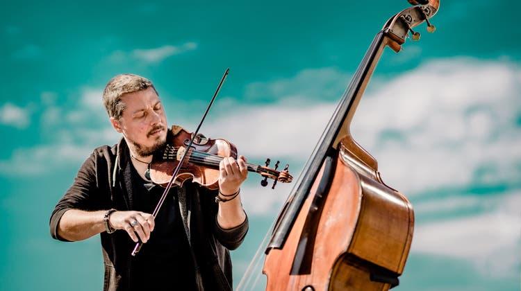 Yves Neuhaus spannt den Bogen weit