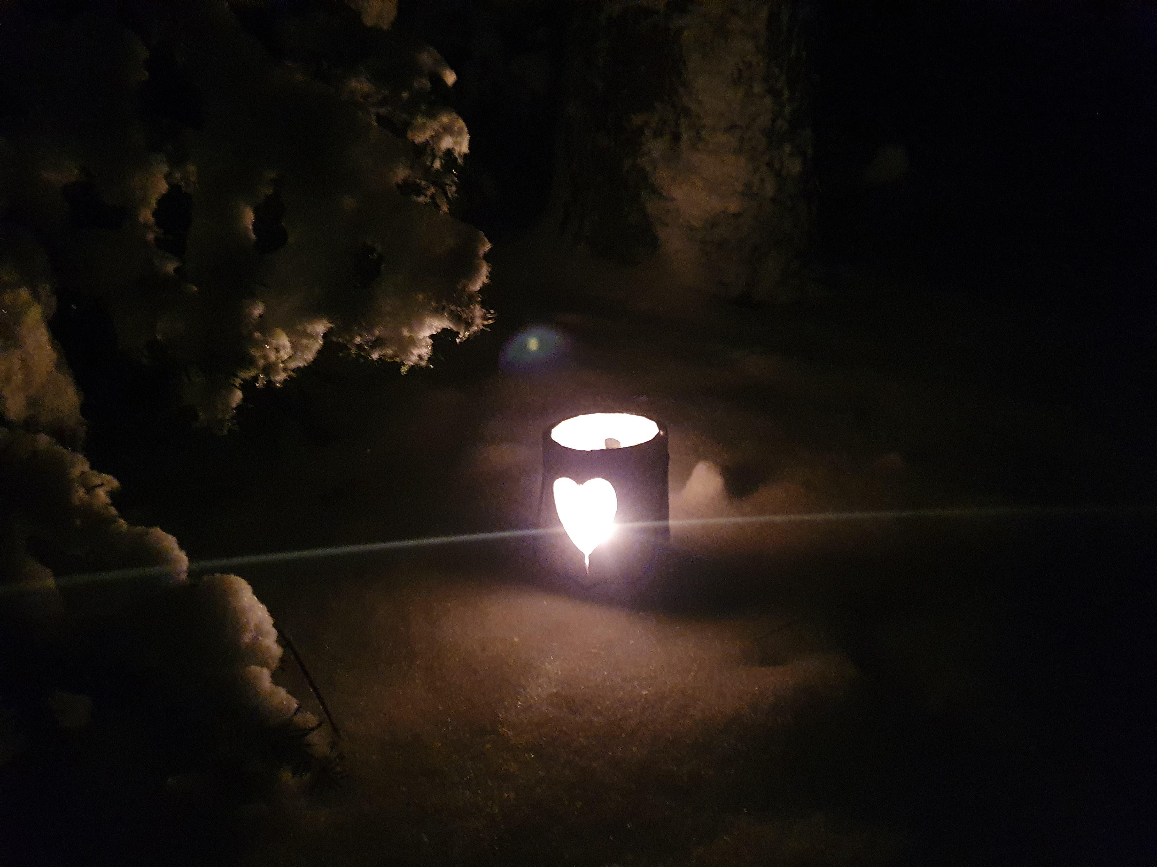 undefined Ein Licht zeigt mir den Weg durch den Schnee