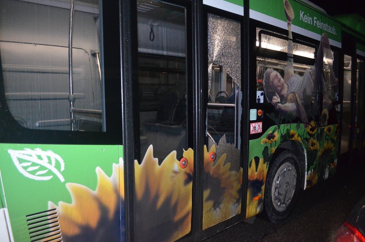 Am Freitag knallte es im Bus und der Chauffeur sah, dass eine Fensterscheibe zerborsten war.